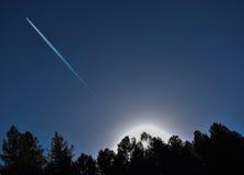 Vol plat par le ciel image libre de droits