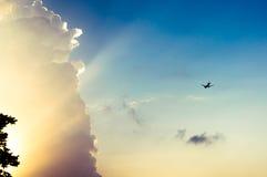 Vol plat près de nuage avec des rayons du soleil Images stock