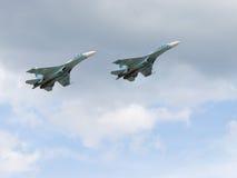 Vol puissant des militaires Su-30 dans le ciel Photographie stock