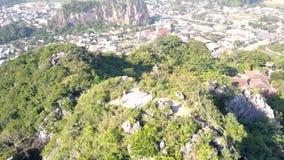 Vol rond au-dessus de plate-forme d'observation supérieure de colline avec la fille clips vidéos