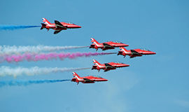 Vol rouge de formation de flèches Image stock