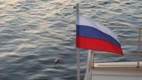 Vol russe de drapeau dans le vent banque de vidéos