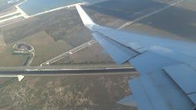Vol sur l'avion au-dessus de la route avec des voitures clips vidéos
