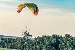 Vol sur le planeur de moteur dans le ciel de soirée Festival de ` Nebosvod d'aéronautique de ` de Belogorie images libres de droits