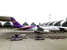 Vol thaïlandais de voie aérienne à l'aéroport de Suvanaphumi, Bangkok Photos stock