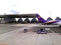 Vol thaïlandais de voie aérienne à l'aéroport de Suvanaphumi, Bangkok Images libres de droits
