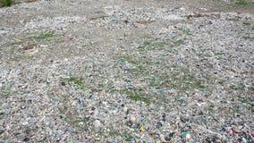 Vol tiré aérien de déchets en plastique de décharge de vaste zone autour en cercle  clips vidéos