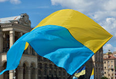 Vol ukrainien de drapeau Images stock