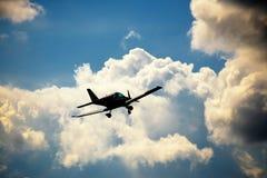 Vol ultra-léger d'avion de poids dans le ciel Images libres de droits