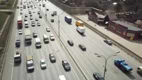 Vol ultra-rapide au-dessus de la route avec des voitures et des camions banque de vidéos