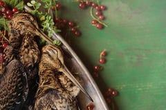 Volailles sauvages de chasse dans la cuisson Mensonge du coup de feu deux ou de la bécasse des bois sur le plat en métal Chasse d photo stock