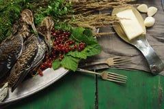 Volailles sauvages de chasse dans la cuisson Mensonge du coup de feu deux ou de la bécasse des bois sur le plat en métal Chasse d photos stock