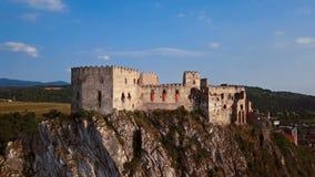 Volando alrededor del castillo de Beckov, Eslovaquia almacen de metraje de vídeo