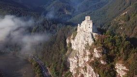 Volando alrededor del castillo de Strecno, Eslovaquia almacen de metraje de vídeo