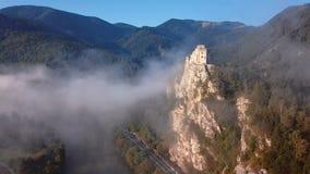 Volando alrededor del castillo de Strecno, Eslovaquia almacen de video