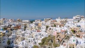 Volando arriba sobre Oia, isla de Santorini almacen de video