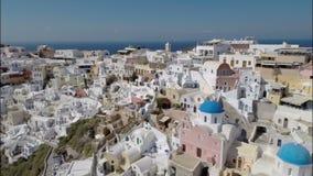 Volando arriba sobre Oia, isla de Santorini almacen de metraje de vídeo