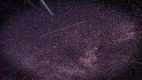 Volando attraverso i giacimenti di stella nello spazio viola illustrazione di stock