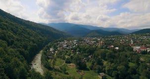 Volando in basso sopra il fiume che scolpisce il suo modo attraverso lo Spring Valley 4K stock footage