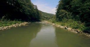 Volando in basso sopra il fiume che scolpisce il suo modo attraverso lo Spring Valley 4K archivi video