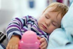 Generi e viaggio di due anni della neonata di sonno sull'aeroplano Fotografia Stock