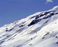 Volando con Paraski sopra le montagne dell'alpe in st Moritz Switzerland Fotografia Stock Libera da Diritti