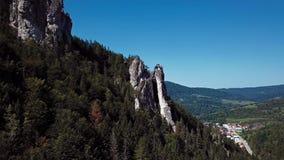 Volando dentro del barranco del valle de Vratna, Mala Fatra, Eslovaquia almacen de metraje de vídeo