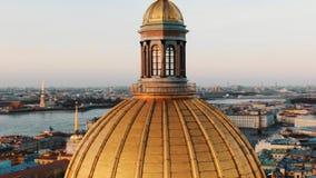 Volando en un abej?n alrededor de la b?veda de la catedral del St Isaac en St Petersburg en la puesta del sol, primer foto de archivo
