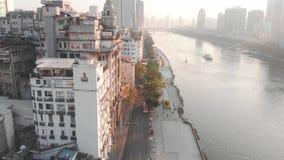 Volando en un abejón sobre la calle, Guangzhou Sombras largas de pasar los coches almacen de metraje de vídeo