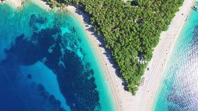 Volando encima de la rata de Zlatni de la playa arenosa en la isla de Brac, Croacia almacen de metraje de vídeo