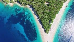 Volando encima de la rata de Zlatni de la playa arenosa en la isla de Brac, Croacia metrajes