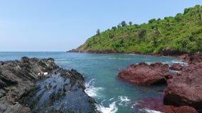 Volando fra le rocce in un Oceano Indiano stock footage