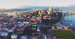Volando indietro sopra la bella penisola di Egersheld di mattina La Russia archivi video
