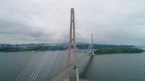 Volando indietro, vista ascendente aerea del ponte russo cavo-restato attraverso lo stretto orientale di Bosphorus sul modo a video d archivio