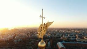 Volando intorno ad un angelo sulla guglia di Peter e di Paul Fortress al tramonto, primo piano Panorama di St Petersburg video d archivio