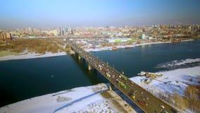 Volando intorno al ponte sopra l'Ob'a Novosibirsk stock footage