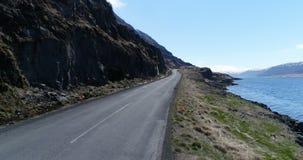Volando lungo un fiordo in Islanda con le cascate della molla archivi video
