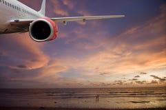 Volando nel tramonto Fotografie Stock Libere da Diritti