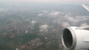 Volando sobre Berlín, capital de Alemania con un aeroplano pequeñas nubes y paisaje urbano salido del aeropuerto de Tegel metrajes