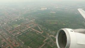 Volando sobre Berlín, capital de Alemania con un aeroplano pequeñas nubes y paisaje urbano salido del aeropuerto de Tegel almacen de video