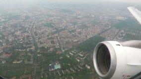 Volando sobre Berlín, capital de Alemania con un aeroplano pequeñas nubes y paisaje urbano salido del aeropuerto de Tegel almacen de metraje de vídeo