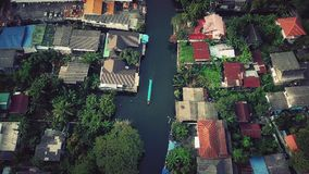 Volando sobre el canal de Phasi Charoen en la ciudad de Bangkok, Tailandia Imágenes de archivo libres de regalías