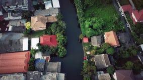 Volando sobre el canal de Phasi Charoen en la ciudad de Bangkok, Tailandia Imagen de archivo