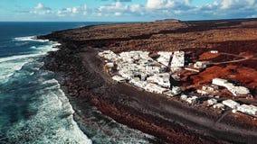 Volando sobre el EL volcánico Golfo del lago, Lanzarote, islas Canarias, España almacen de metraje de vídeo