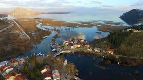 Volando sobre el lago y la ciudad vieja Virpazar, lago Skadar en Montenegro almacen de video