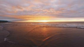 Volando sobre el mar, la puesta del sol del lapso de tiempo y las nubes Ruso, Kamchatka Tiro de la cámara aérea metrajes