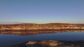 Volando sobre el mar, rocas marrones en otoño en Noruega almacen de metraje de vídeo