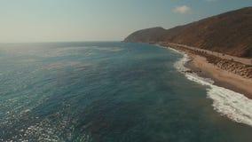 Volando sobre el Océano Pacífico en Malibu, California almacen de metraje de vídeo