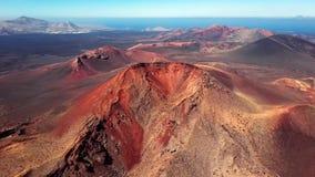 Volando sobre el volcán cerca del parque nacional de Timanfaya, Lanzarote, islas Canarias, España almacen de metraje de vídeo