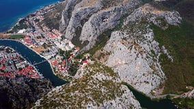 Volando sobre la ciudad de Omis, costa dálmata, Croacia metrajes
